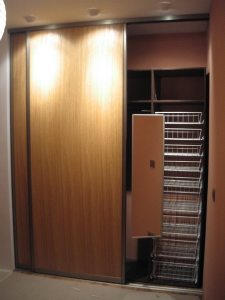 Oak veneer wardrobe with sliding doors
