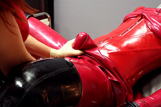Printsess Lilian & a latex dog