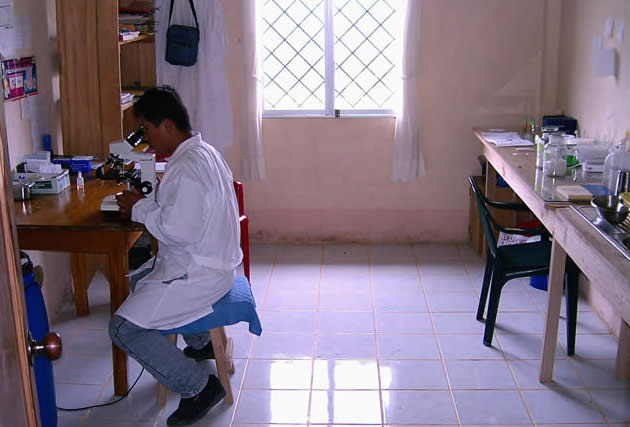 Our lab assistant Guido Tomalá during a Malaria examination